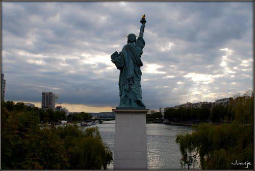 статуя свободы в париже.JPG